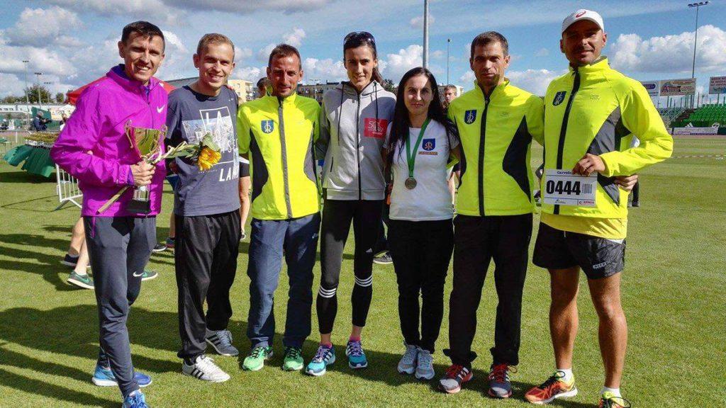 Na zdjęciu w towarzystwie znanym wszystkim w środowisku biegaczy Mariuszem Giżyńskim oraz Katarzyną Kowalską